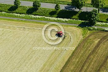Luftaufnahme von einem Traktor auf einem Acker