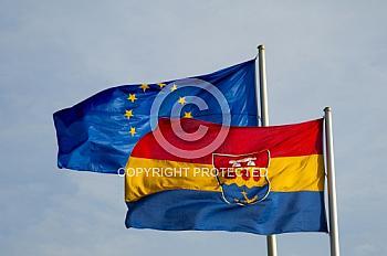 Die emsländische und euröpäische Flagge im Wind
