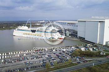 Luftaufnahme eines Aida Schiffs vor der Meyer Werft Papenburg