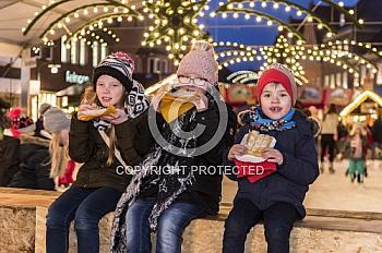 Kinder auf dem Weihnachtsmarkt Meppen