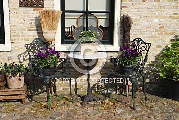 Metallstühle mit Blumen