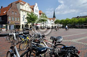 Fahrräder auf einem Marktplatz in Lingen