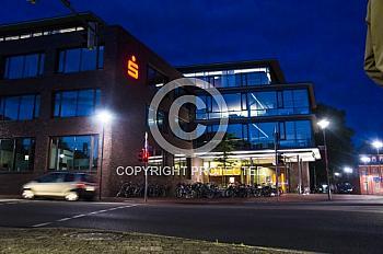 Nachtaufnahme der Sparkasse in Meppen