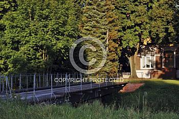 Holzbrücke ins Grüne