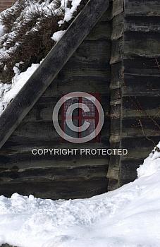 Verschneiter Holzschuppen