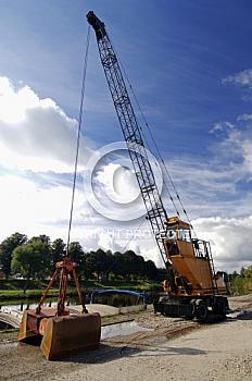Kanalbagger vor blauem Himmel