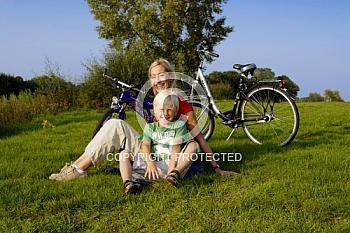 Frau mit Kind auf Radtour