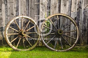 Zwei alte Holzwagenräder