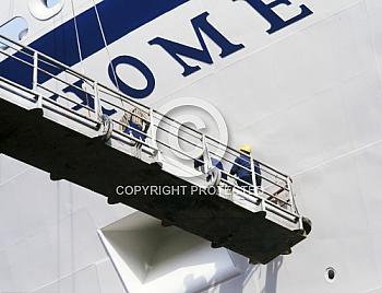 Arbeiter vor Schiffsbug