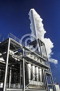Industrieschornstein vor blauem Himmel