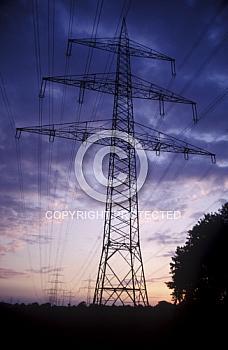 Hochspannungsmast im Abendlicht