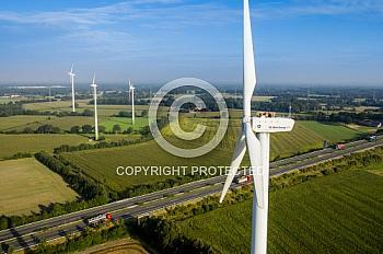 Luftaufnahme von Windrädern an der A31