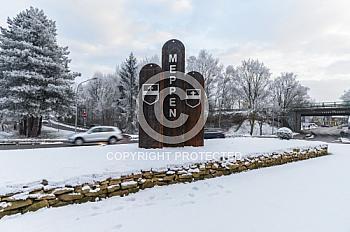 Stehle auf dem Kreisel der Lingener Straße in Meppen bei Schnee