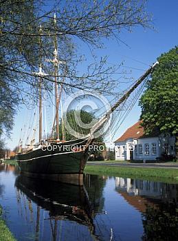 Segelschiff auf Kanal in Papenburg