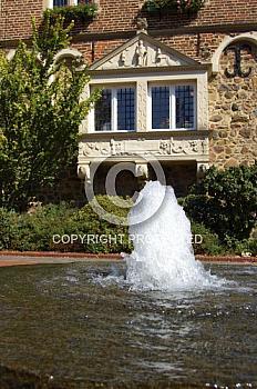 Springbrunnen vor historischem Rathaus