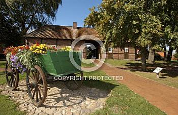 Alter Holzwagen vor Fachwerkhaus