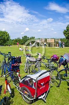Fahrräder an einem Spielplatz