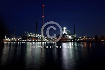 Lingener Erdöl-Raffinerie in der Dämmerung