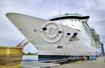 Kreuzfahrtschiff vor Meyer Werft