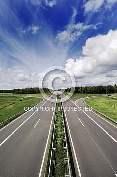 Autobahn A31 unter blauem Wolkenhimmel