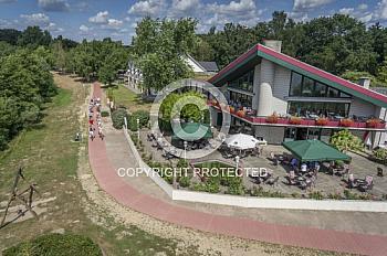 Fahrradfahrer vor Haus am See