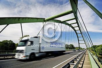 LKW in Fahrt auf Brücke