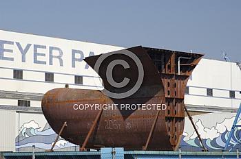 Schiffsbauteil vor Meyer Werft