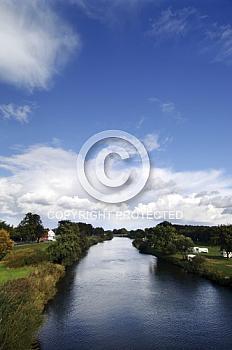 Emslauf mit blauem Himmel bei Meppen